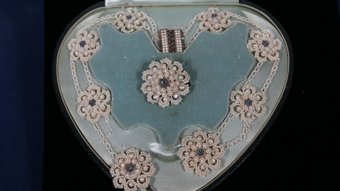 Seed pearl jewelry ca 1800 antiques roadshow pbs for How do you get jewelry appraised