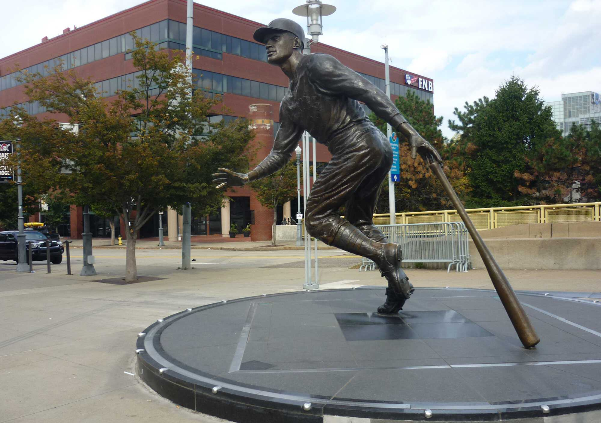 Roberto_Clemente_statue_tribute_Feature.JPG