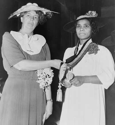Eleanor_Presentation-of-Spingarn-medal-to-Marian-Anderson-by-Mrs.-Franklin-D.-Roosevelt,-30th-Annual-Conference-1939-LOC.jpg