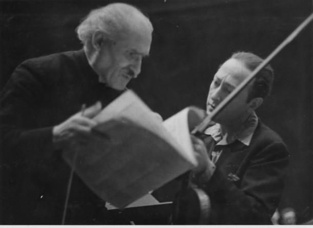 Jascha Heifetz (right) rehearses with Arturo Toscanini (left), circa 1950. Photo: Library of Congress