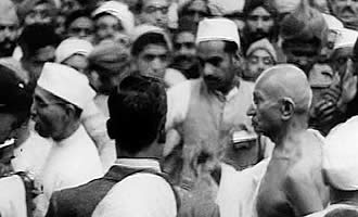 mahatma gandhi satyagraha Abstract mahatma gandhi – one of the most prolific writers amongst the figures  of world history – has left us details of his growth as a thinker.