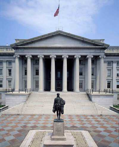 Hamilton - Est-Bank-statue-in-front-of-the-Treasury-Building-in-Washington-DC-LOC-1980.jpg