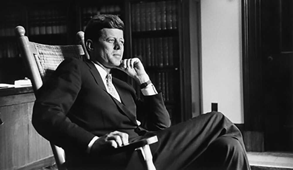 Kennedys-Politics-August-1959-Senator-John-F.-Kennedy-in-his-Senate-Office.-LOC.jpg