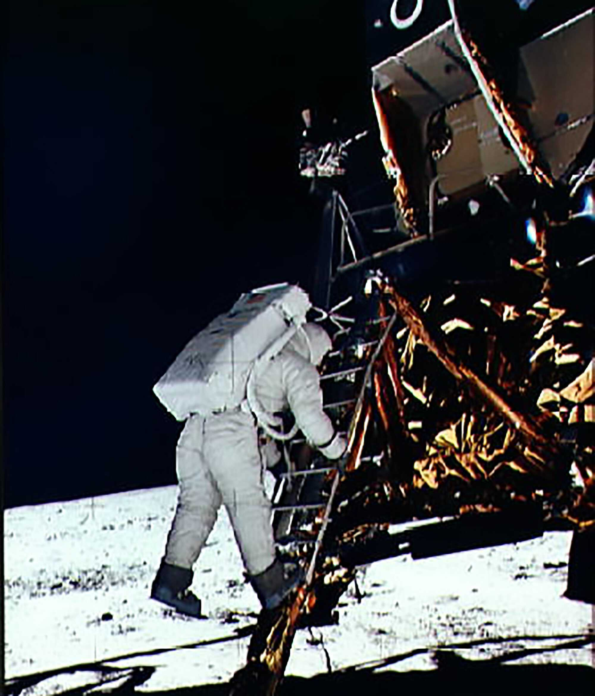 Moon_apollo_Moonwalk.jpg