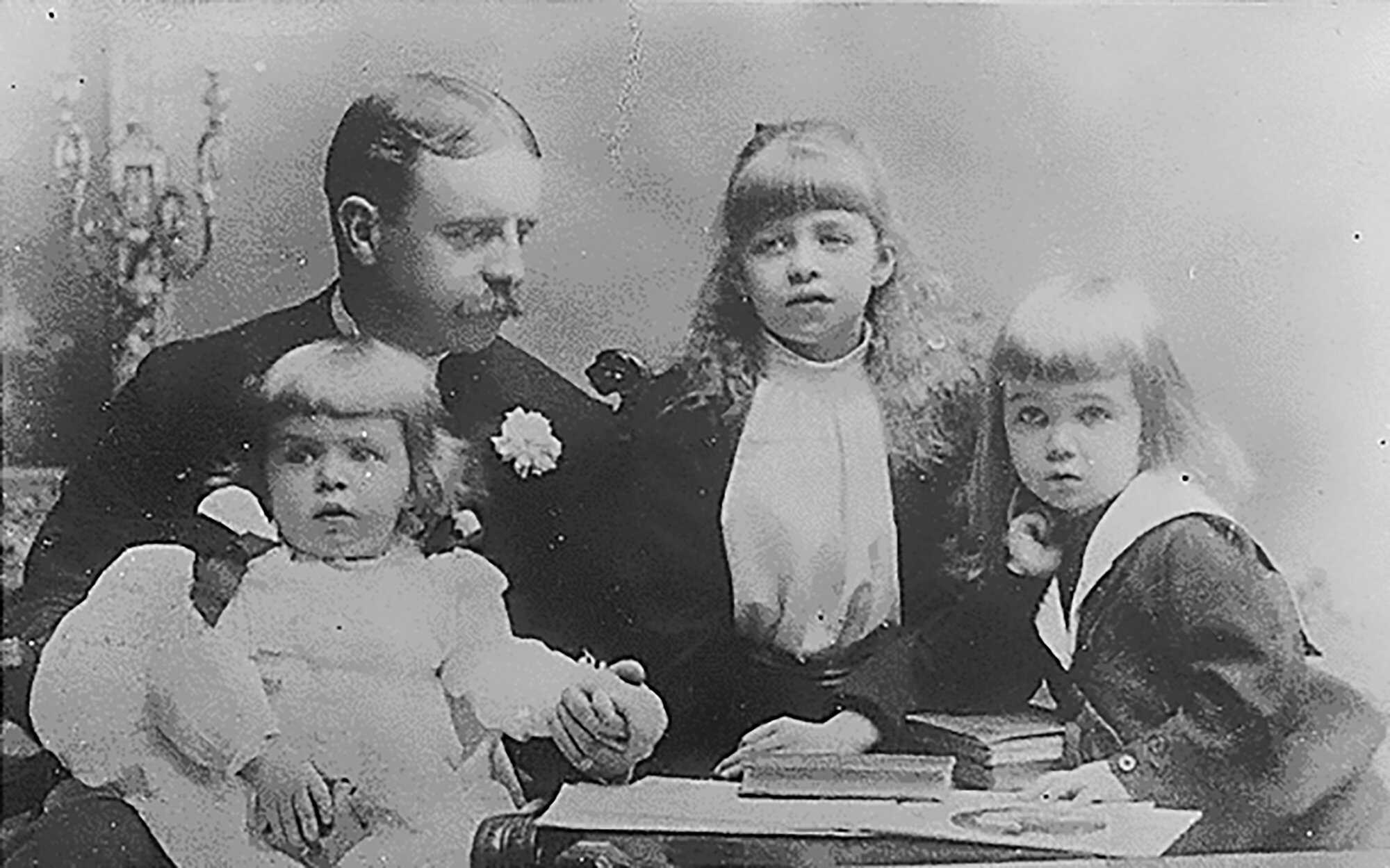 Eleanor_timeline_1_Eleanor_Roosevelt,_her_father,_Elliott,_and_her_brothers,_Elliott,_Jr_and_Gracie_Hall_in_New_York_1892.jpg