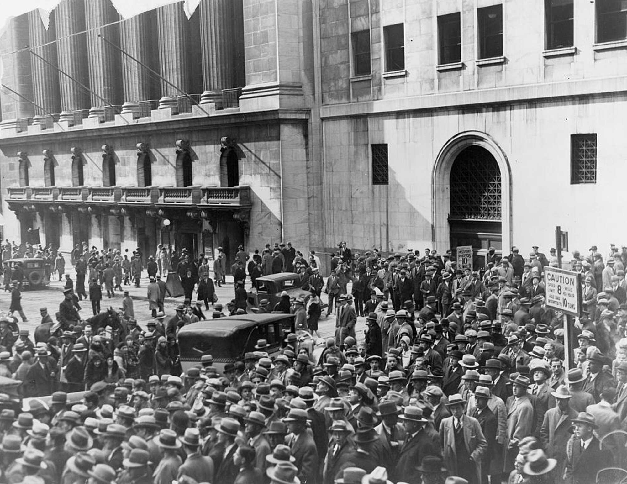 Crash-1929-Headlines-Crowd-of-people-gather-outside-the-New-York-Stock-Exchange-following-the-Crash-of-1929-LOC.jpg