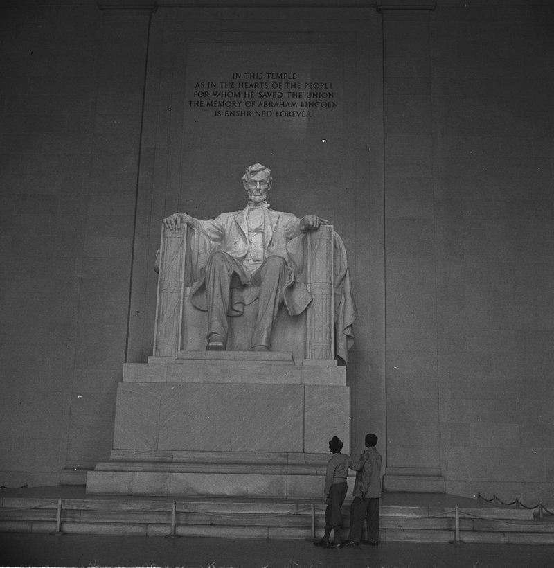 Lincoln-Memorial-Boys-admiringmaster-loc.jpg