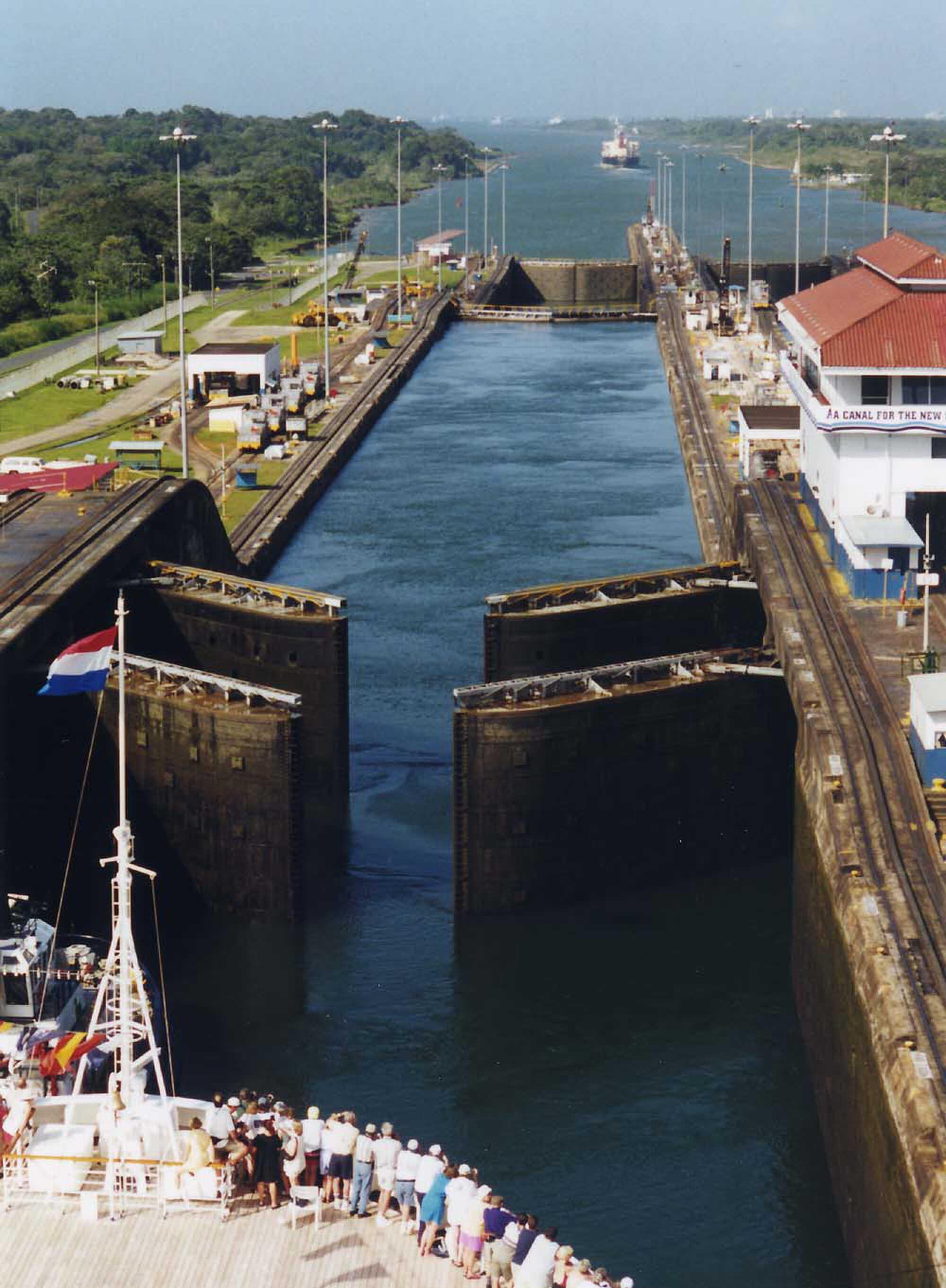 Panama_2014e Gatun locks.jpg