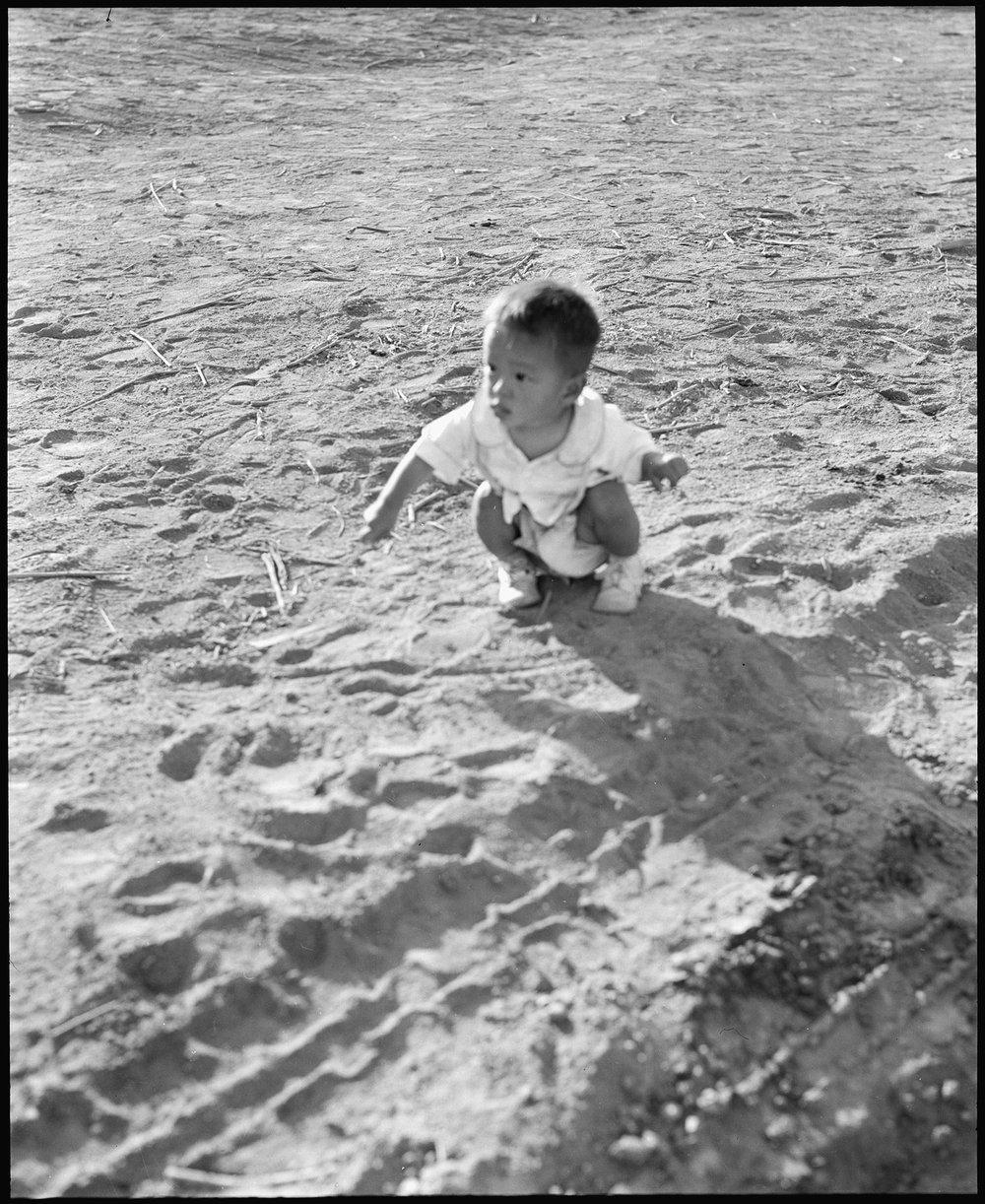 Hearst-Japa-child-sand-536105-NARA.jpg