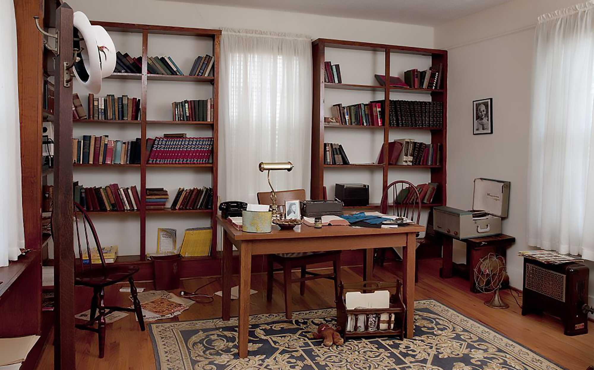 King-bookshelf-Martin-Luther-King's-study,-Dexter-Parsonage-Museum,-Montgomery,-Alabama-1946-LOC.jpg