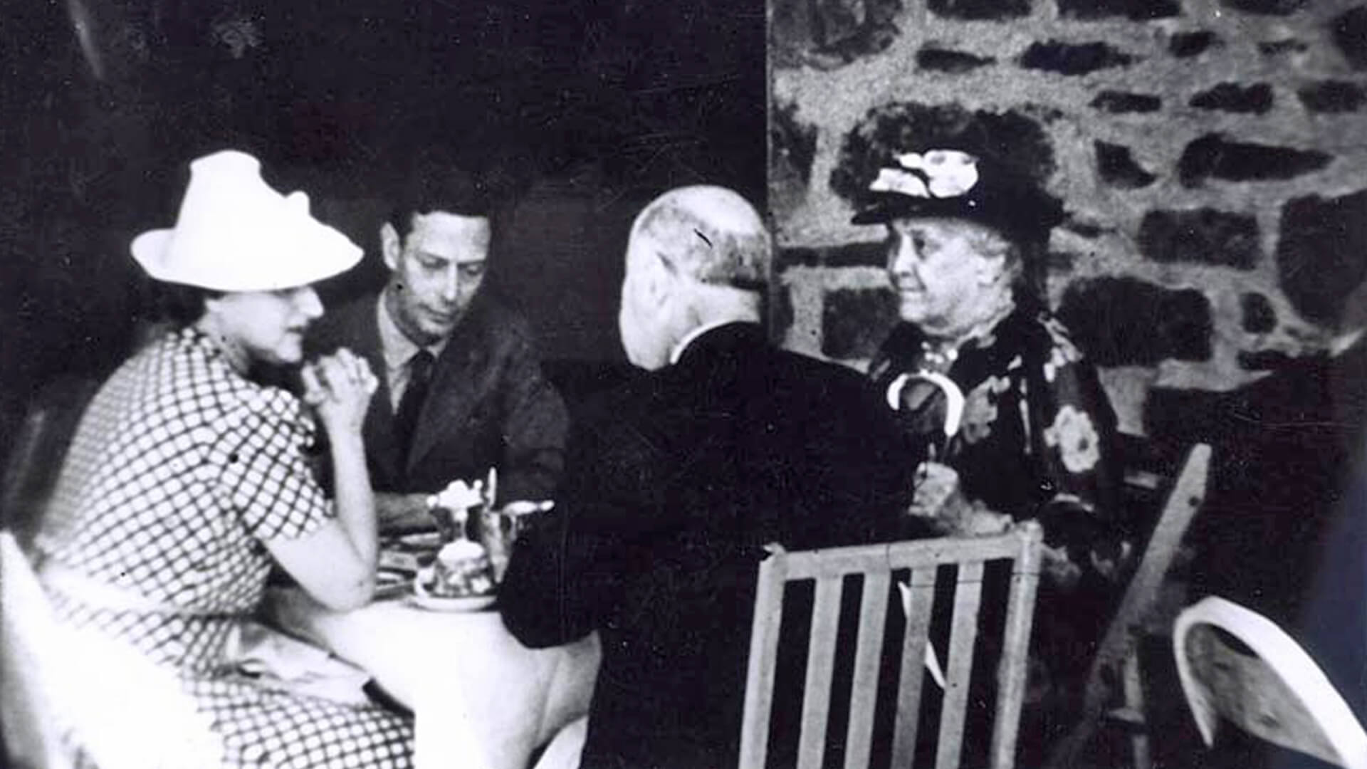 1939 black and white photo of King George VI, Sara D. Roosevelt, New York State Governor Herbert Lehman, and Elinor Morgenthau at the hotdog picnic at Hyde Park.