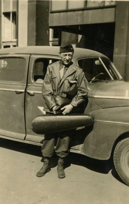 Jascha Heifetz on a USO tour, circa 1946. Photo: Library of Congress