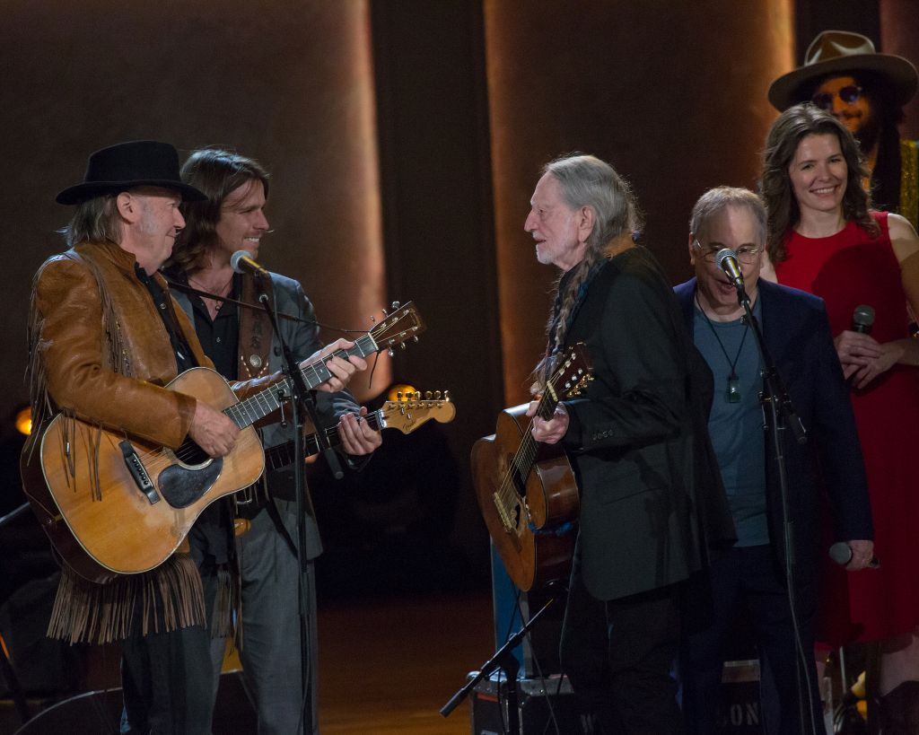 (l to r) Neil Young, Lukas Nelson, Willie Nelson, Paul Simon and Edie Brickell at the The Library of Congress Gershwin Prize for Popular Song performance. Photo: Scott Henrichsen
