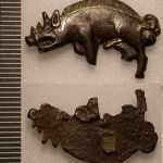 557px-Boar_Badge_of_Richard_III_from_Bosworth_Field