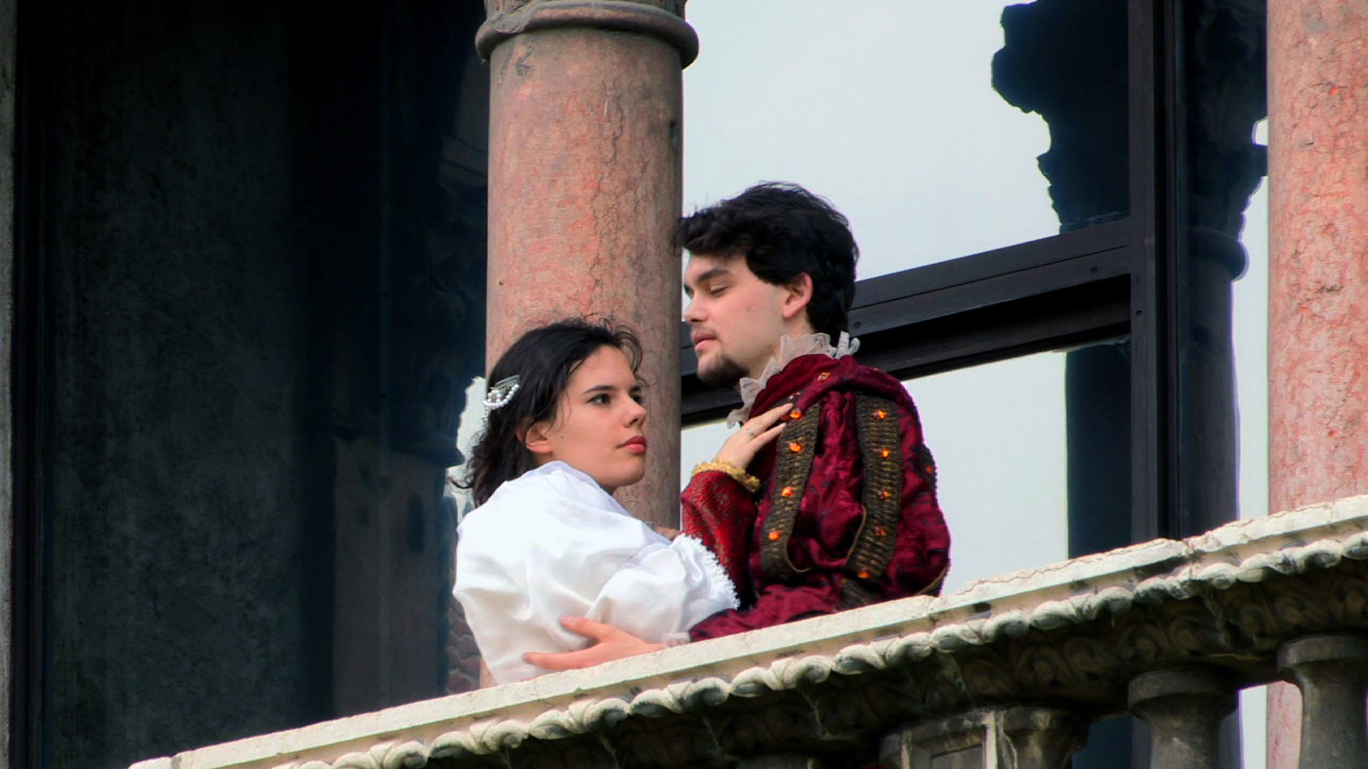 shakespeare romeo and juliet Directed by baz luhrmann with leonardo dicaprio, claire danes, john leguizamo, harold perrineau shakespeare's famous play is updated to the hip modern suburb of verona still retaining its original dialogue.